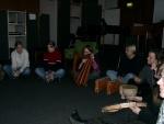 """Das Instrument der """"fremden"""" Gruppe, die Harfe, versucht mit den Schlaginstrumenten zu kommunizieren"""