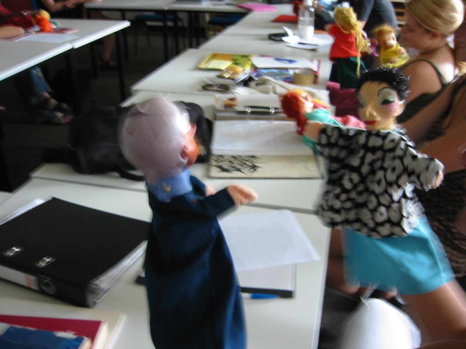geschlechtssterotype und stereotyptranszendierende Puppen im Dialog