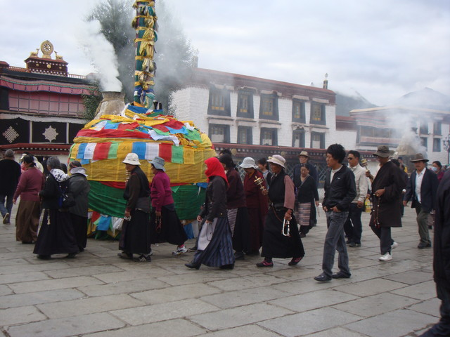 Barkhor - Pilger vor dem  Jokhang Tempel