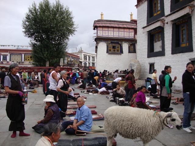 vor dem Jokhang Tempel in Lhasa