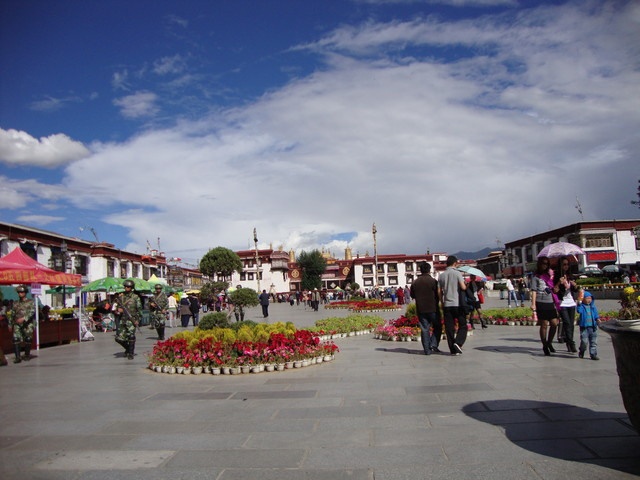 Barkhor, im Hintergrund Jokhang Tempel