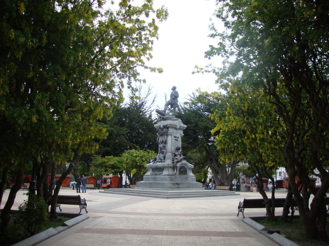 Plaza de armas: memorial de Magallan