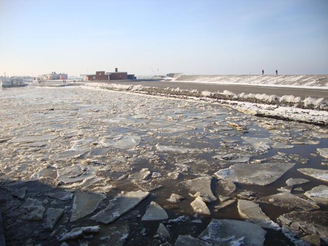 Eisschollen im Hafen
