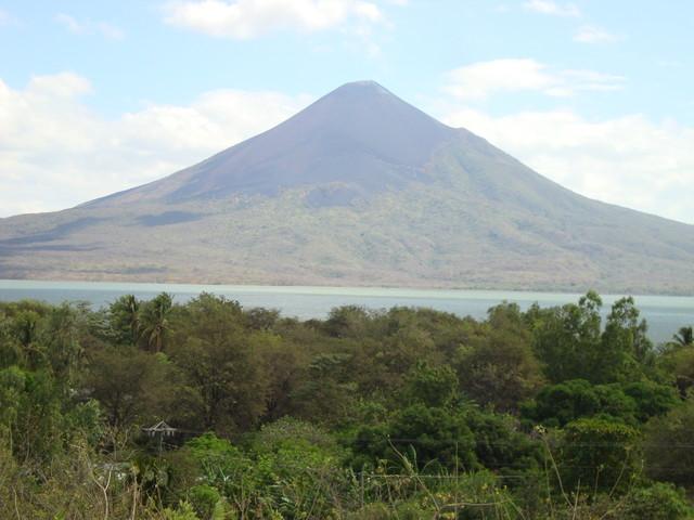 Vulkan Momotombo am Managuasee von Leon Viejo gesehen