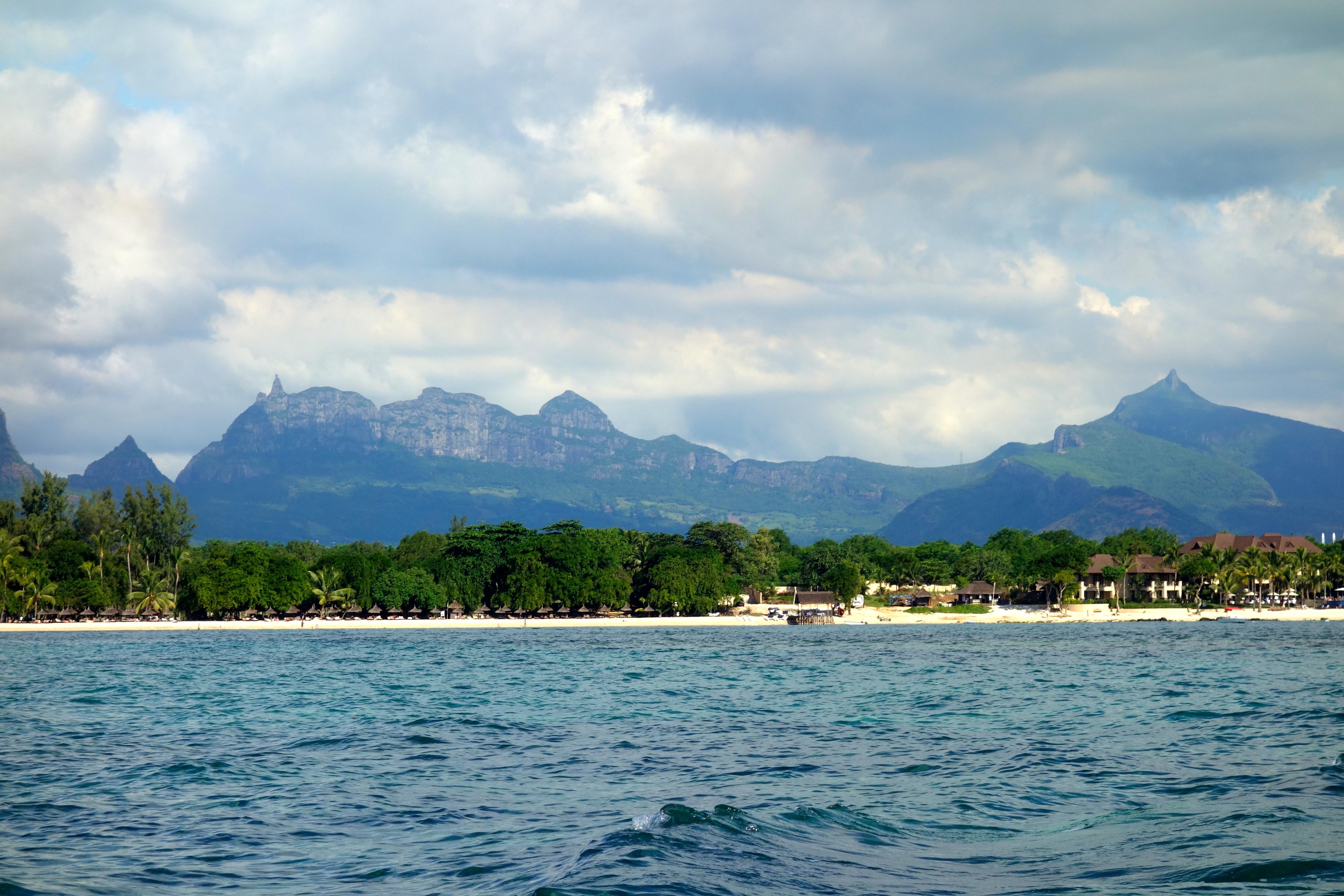 Blick auf die Berge vom Schnorchelboot des Hotels