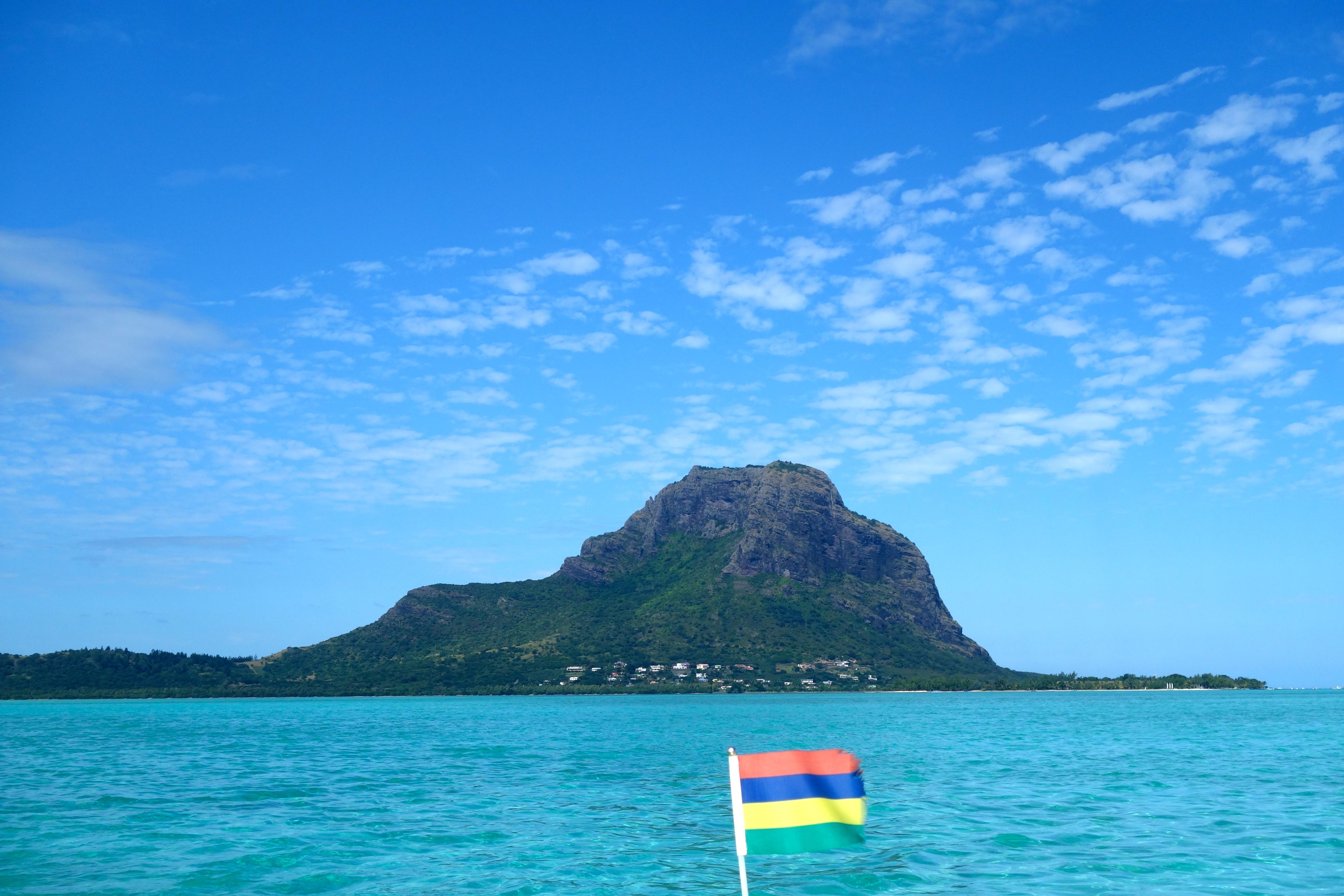 le Morne Brabant vom Schiff beim Schwimmen mit Delphinen in Mauritius gesehen