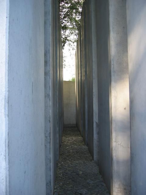 Stelen im Garten des Exils