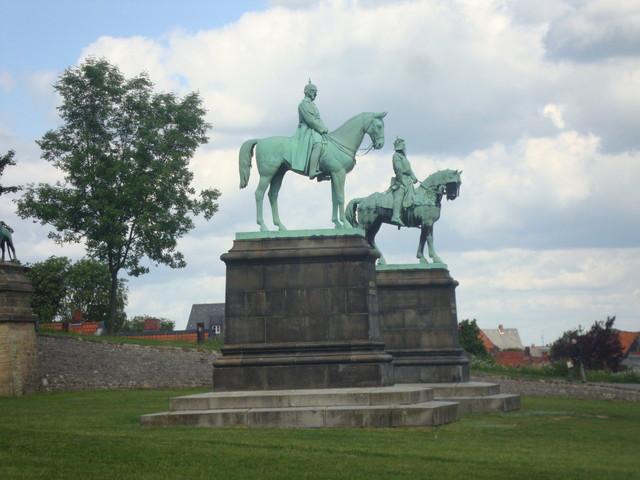 Kaiserpfalz Bronzeskulpturen von Barbarossa und Wilhelm I.